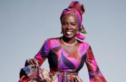 Angelique Kidjiointerprète BLEWOU de la Diva Bella BELLOW à la cérémonie du 11 novembre