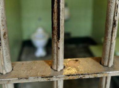 Vaudou, un voleur en pleure se livre à la police car le sac qu'il a volé est resté collé à son corps