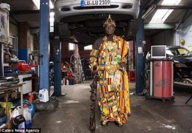 Voici le roi Africain qui travaille comme mécanicien en Europe et gouverne son peuple via Skype