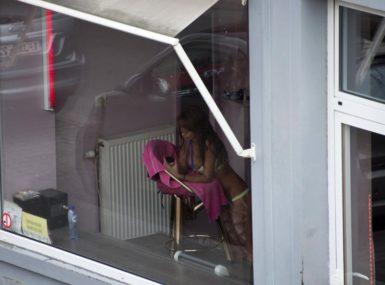 Un homme découvre sa femme en train de se prostituer dans la rue