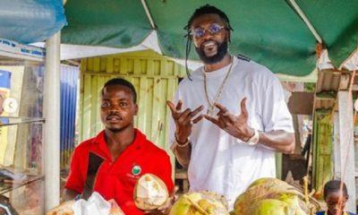 Emanuel Adebayor donne sa bénédiction à un couple de vendeurs de noix de coco