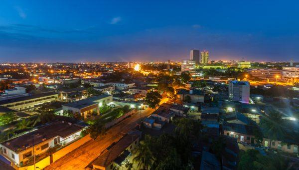 Bienvenu(e) à Lomé, la capitale togolaise ! La belle ville qui regorge toutes les couches sociales : riches, pauvres et misérables. Une ville dans laquelle les riches vivent dans une aisance indescriptible, et au même moment, des pauvres qui mènent dans certains quartiers ou taudis insalubres communément appelés « ghettos ». Une réalité quotidienne qui les oblige à se donner à des vices sociaux (prostitution, vol, vente de stupéfiants,..) pour trouver leur pain quotidien. Ainsi est faite la vie, ainsi est faite Lomé.