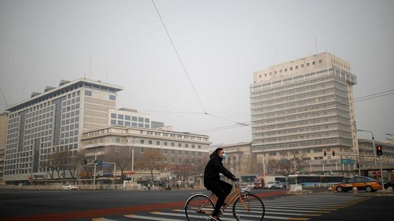 Un homme portant un masque fait du vélo alors que le pays est frappé par une épidémie du nouveau coronavirus, à Pékin, en Chine, le 28 janvier 2020. REUTERS/Carlos Garcia Rawlins