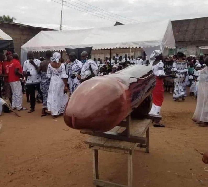 Cercueil en forme de p3nis