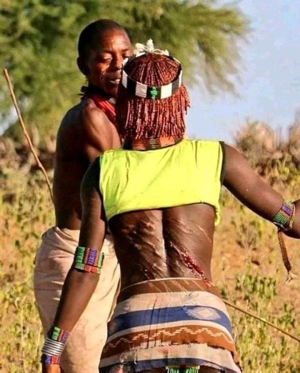 Découvrez la tribu Hamar en Ethiopie où les femmes supplient les hommes de les fouetter jusqu'au sang pour prouver leur amour