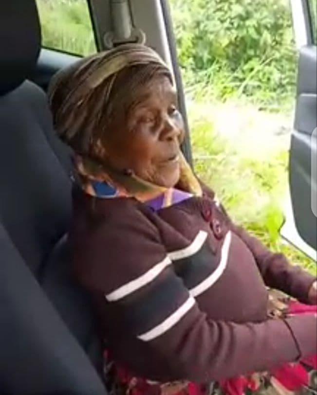 Elle offre un tour en voiture à sa maman