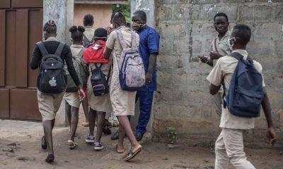 Des élèves font sortir leur professeur de la classe