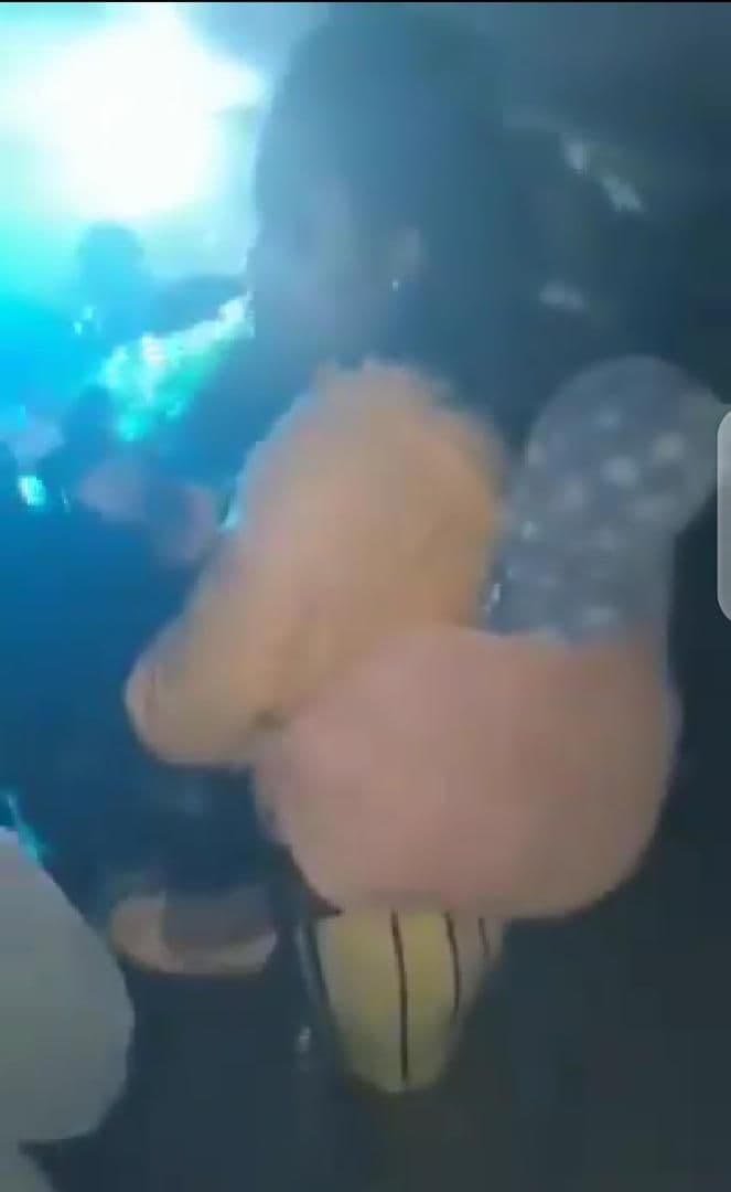 Une maman porte son bébé à un concert