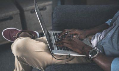 ordinateurs sur les genoux