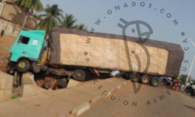 Togo/Accident : un énorme camion tombe dans un ravin et crée un embouteillage sur la route de l'échangeur