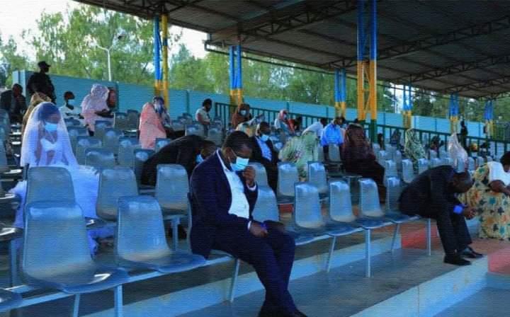 Insolite : ce couple a passé sa nuit de noces au stade pour avoir enfreint les règles liées au Coronavirus (photos)
