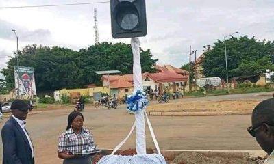Un fais s'est déroulé au Cameroun, et qui a choqué les internautes. Un feu tricolore aurait été inauguré au cours de cette journée