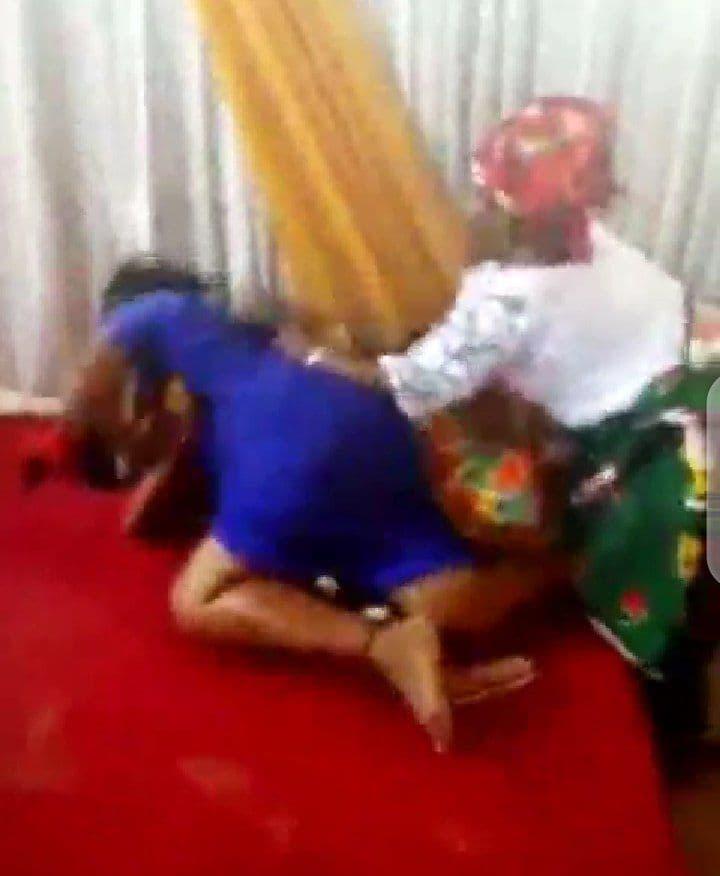 Violent combat entre une femme du pasteur et une membre à l'intérieur d'une église